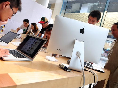 Consumers sample Apple computer products