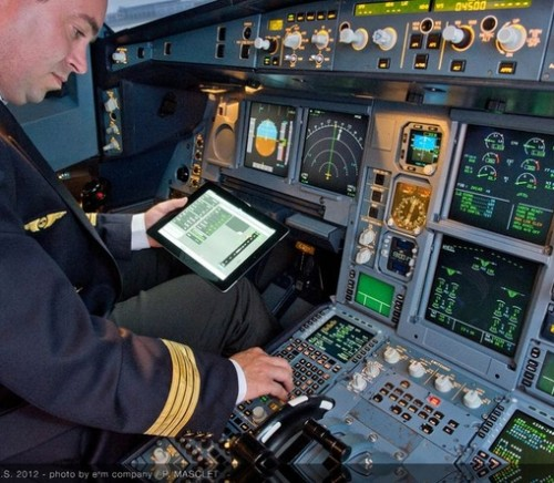 Pilot uswing iPad in Airbus cockpit (Airbus Industrie)