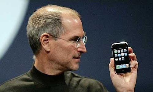 steve_jobs_holds_original_iphone_620px1