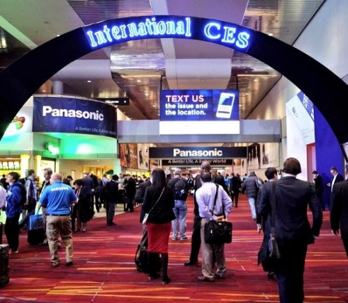 Apple-Sends-In-Just-4-People-at-CES-2015-and-Somehow-That-s-News-Bloomberg-468956-2
